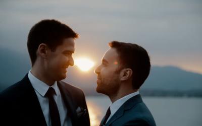 Glorieux mariage gay dans un château de conte de fées dans les montagnes